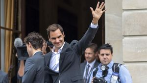 Federer saluda a los fans durante la ceremonia de apertura de la Laver Cup en Ginebra.