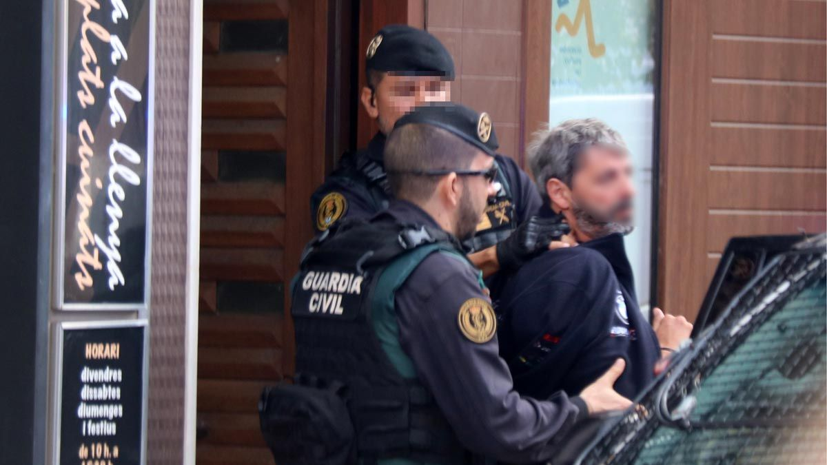 El momento de la detención de un miembro de los CDR en Sabadell.