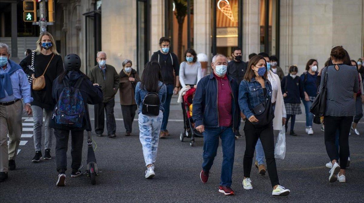 Peatones, en una calle de Barcelona.