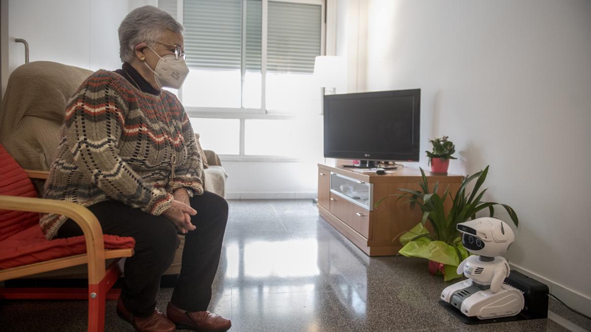 Ana Margarita Fernández, en su domicilio, junto al robot Misty, que es un apoyo para ella en su vida cotidiana.
