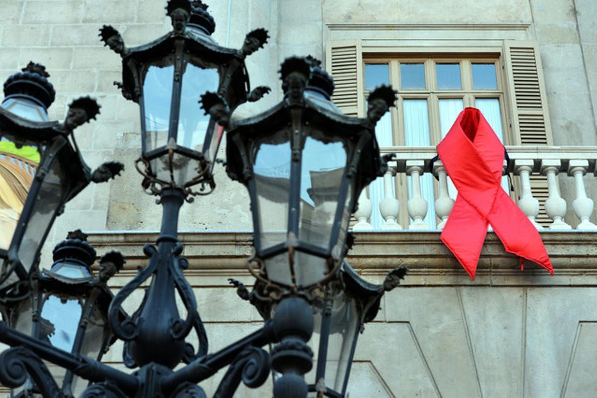 Un lazo rojo en el balcón del Ayuntamiento de Barcelona en conmemoración al dia mundial de la lucha contra el sida.