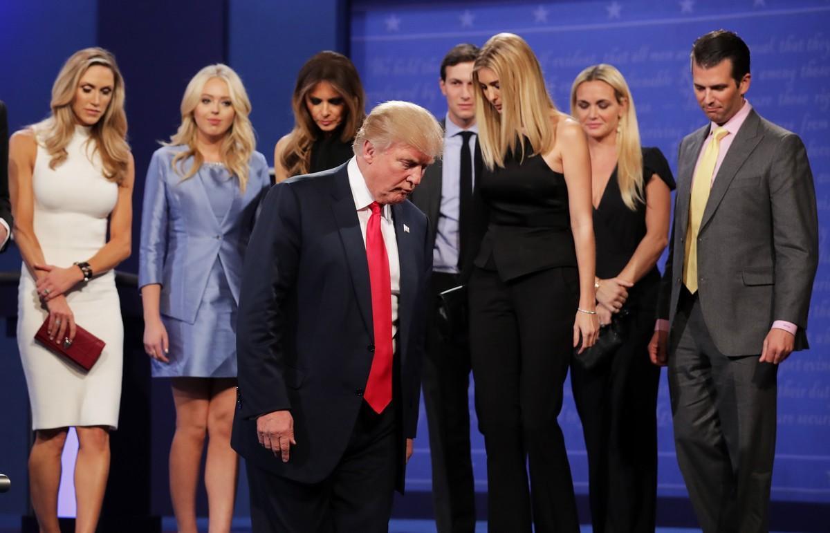 Trump, con sus familiares, tras el debate.