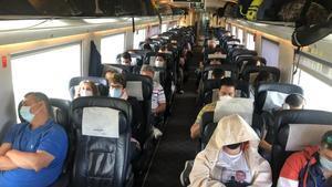 Pasajeros en un AVE Barcelona-Madrid este viernes 12 de junio.
