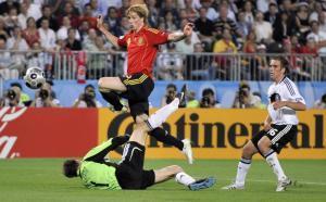 Fernando Torres ante Jens Lehmann en la final de la Eurocopa de 2008