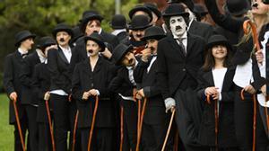 Més de 600 'charlots' celebren el 128è aniversari de Charles Chaplin