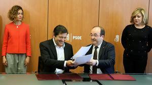 Ambos mandatarios rubrican el nuevo protocolo de relaciones entre ambos partidos