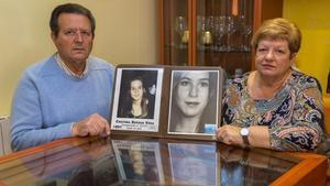 Manuel Bergua y Luisa Vera posan con una foto de su hija desaparecida,Cristina,junto a otra imagen del aspectoque tendría en la actualidad.