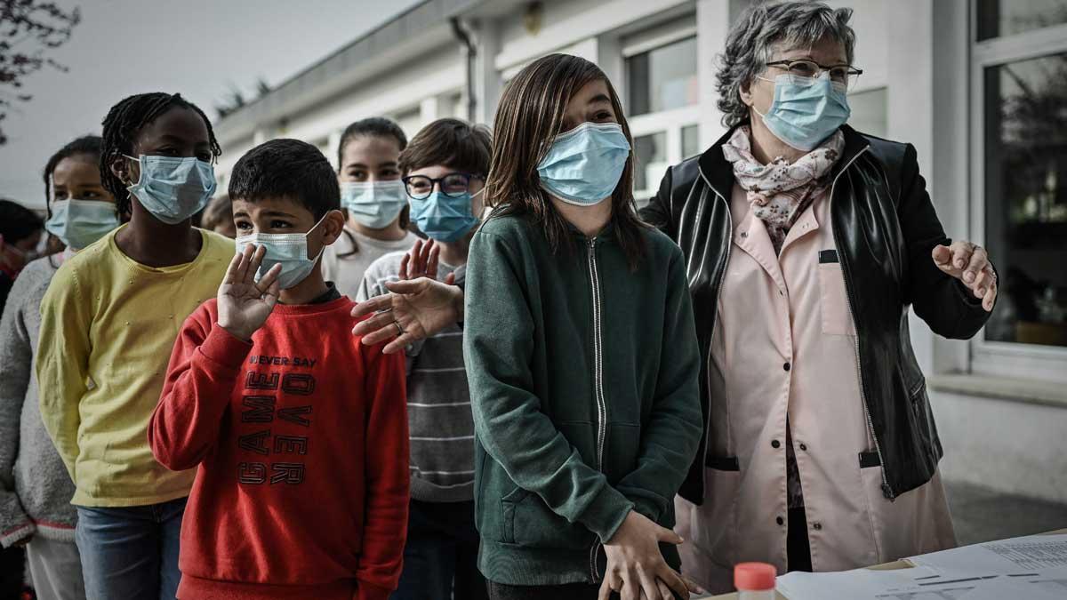 Alumnos con mascarilla en una escuela de Eysines, a las afueras de la ciudad francesa de Burdeos.