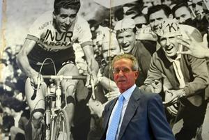Federico Martín Bahamontes posa junto a una fotografía cuando era ciclista profesional.