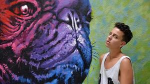 La pianista Clara Peya, que abre el Mercat de Música Viva de Vic, junto a un grafiti cercano a su casa.