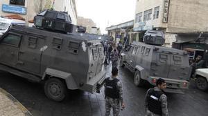 Despliegue policial en la ciudadela de Karak después de los ataques armados del domingo.