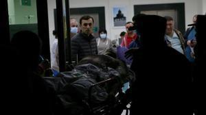 Un soldado herido ingresa en un hospital en Stepanakert.