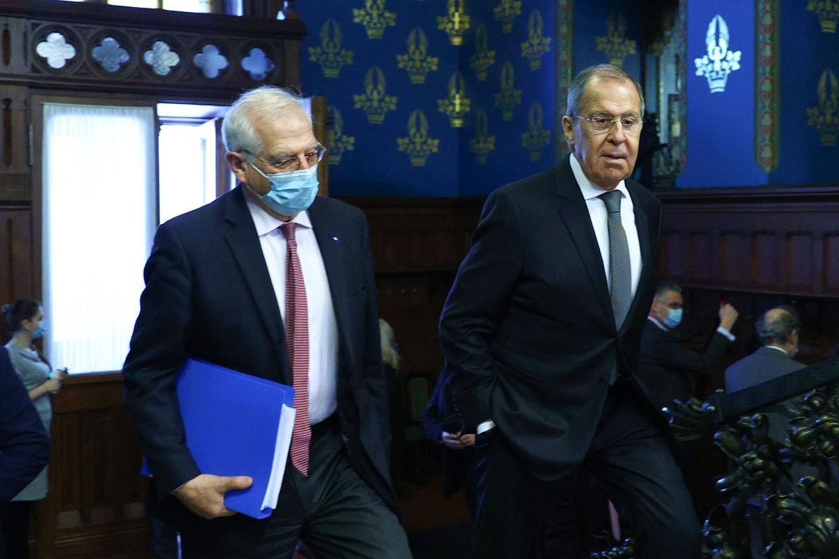 Borrell pide ante Lavrov la liberación del líder opositor ruso Alexéi Navalni. En la foto, ambos durante un momento de la visita de Borrell a Moscú, este viernes.