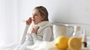 Una enferma de gripe, rodeada de remedios caseros.