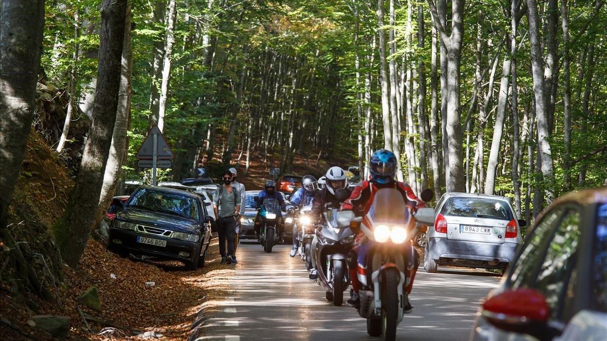 Aglomeración de motos y coches en el Montseny, este domingo.