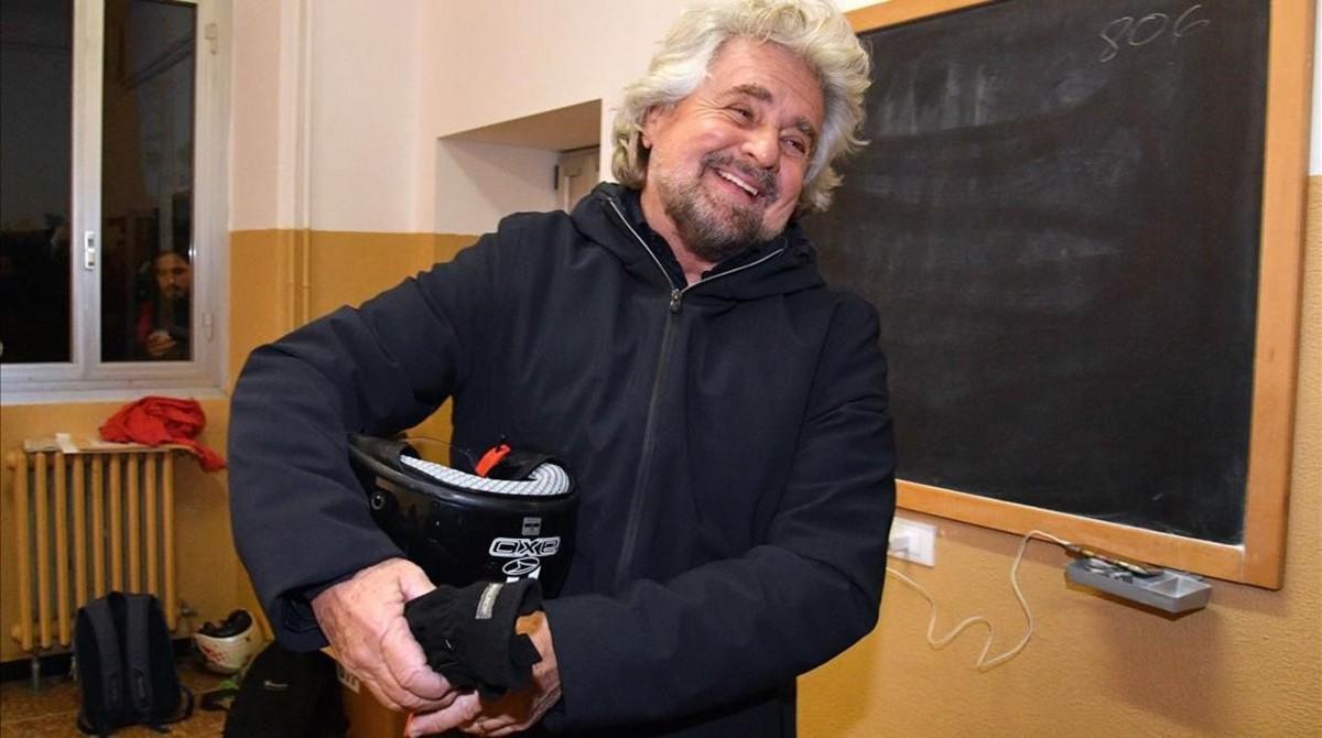 Beppe Grillo, líder del Movimiento Cinco Estrellas, sonría en el centro electoral donde votó, en Génova, el domingo.