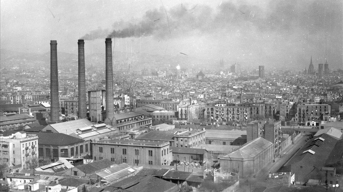 Las chimeneas de la central térmica de Mata, en 1956, humeantes, fruto de la combustión del carbón inglés.