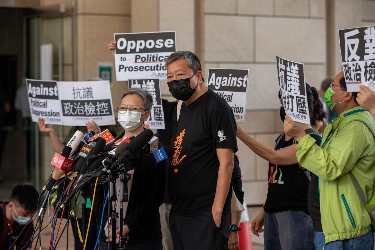 Uno de los condenados, Lee Cheuk-yan (derecha), habla con la prensa tras el juicio, este viernes en Hong Kong.