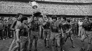 Urruti, Maradona, Sanchez, Shuster, Marcos Julio Alberto y Migueli ofreciendo la Copa del Rey a su afición en el Camp Nou en 1983.
