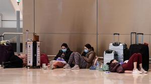 Pasajeros con mascarillas esperando sus vuelos en el Aeropuerto Madrid-Barajas Adolfo Suarez