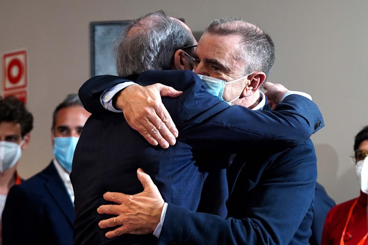 El candidato socialista el 4-M, Ángel Gabilondo, abraza al secretario general del PSOE-M, José Manuel Franco, en la noche electoral.