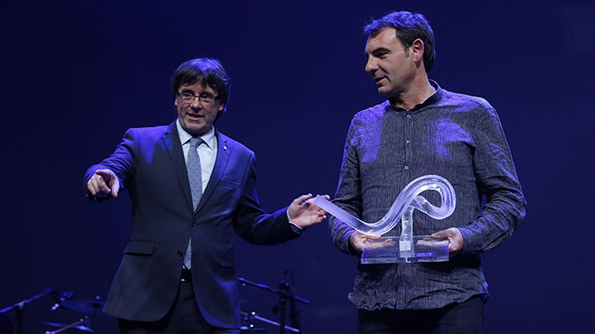 Òscar Camps recibe el premio Català de l'Any 2015 en la gala celebrada en el TNC.