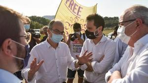 Jordi Turull, junto al presidente del Parlament, Roger Torrent, este martes, en la entrada de Lledoners.