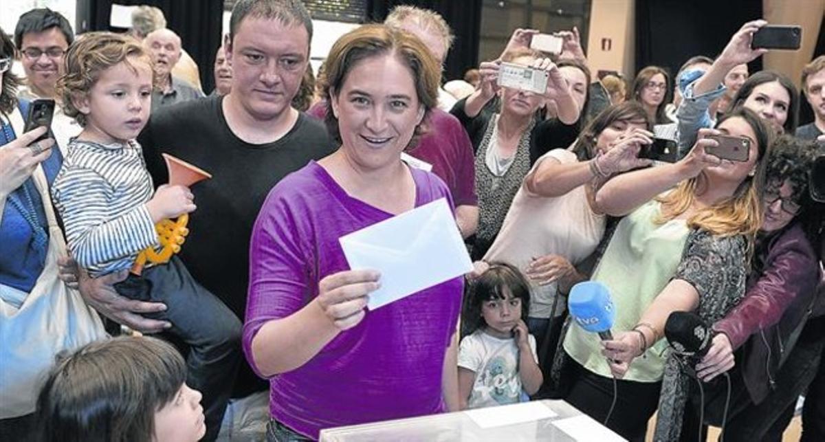 De activista a edil 8 Ada Colau votó, rodeada de una gran expectación, en el centro cívico La Sedeta de Barcelona.
