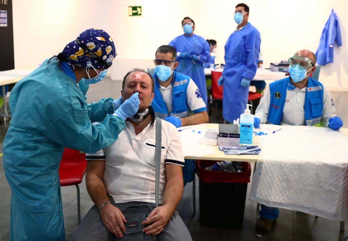 Sanitarios realizan test PCR en Vallecas (Madrid).