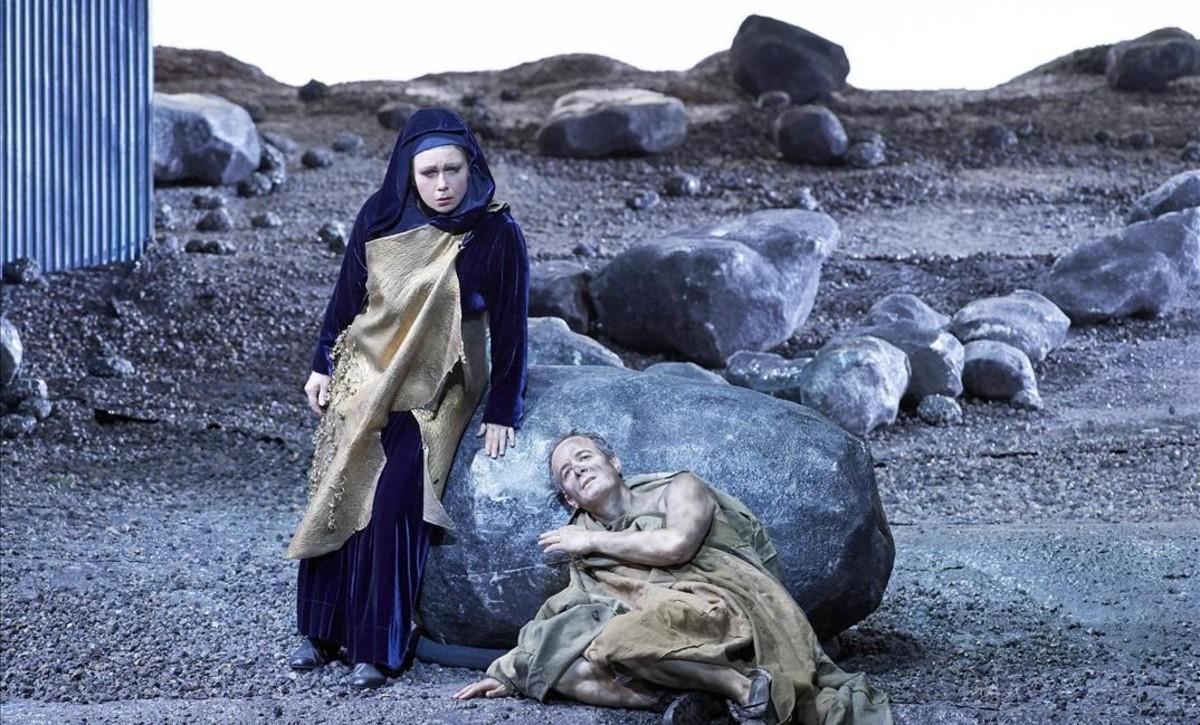 Claudia Barainsky (Medea) y Adrian Eröd (Jasón),en la última escena de la ópera 'Medea', de Aribert Reimann, representada en la Ópera Estatal de Viena.