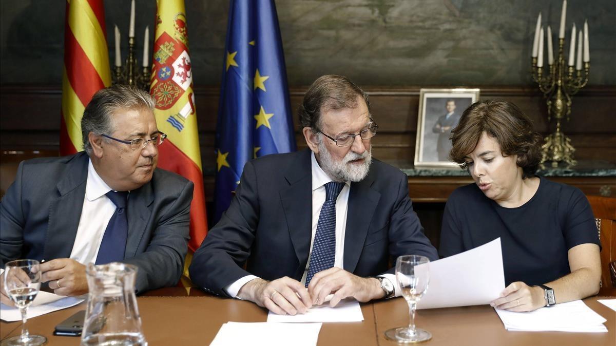 El presidente del Gobierno Mariano Rajoy ,junto al ministro del Interior Juan Ignacio Zoido y la vicepresidenta Soraya Saenz de Santamaria.