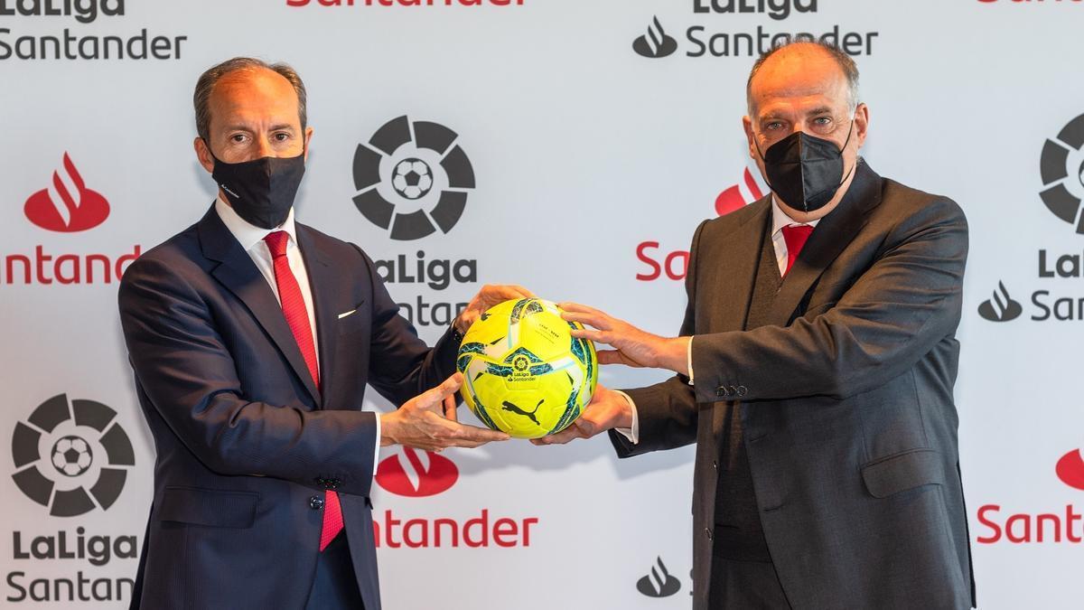 El presidente de La Liga, Javier Tebas, y Rami Aboukhair, consejero delegado de Santander España, presentan, este jueves, la renovación de su acuerdo hasta 2023.