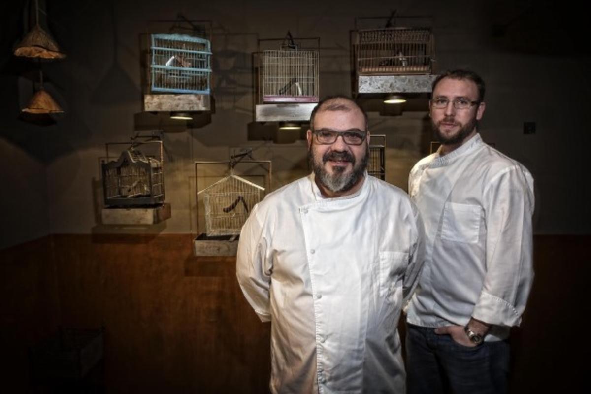 Jordi Herrera y Roger Viñas bajo las jaulas-lámparas de Manairó. Foto: Joan Cortadellas
