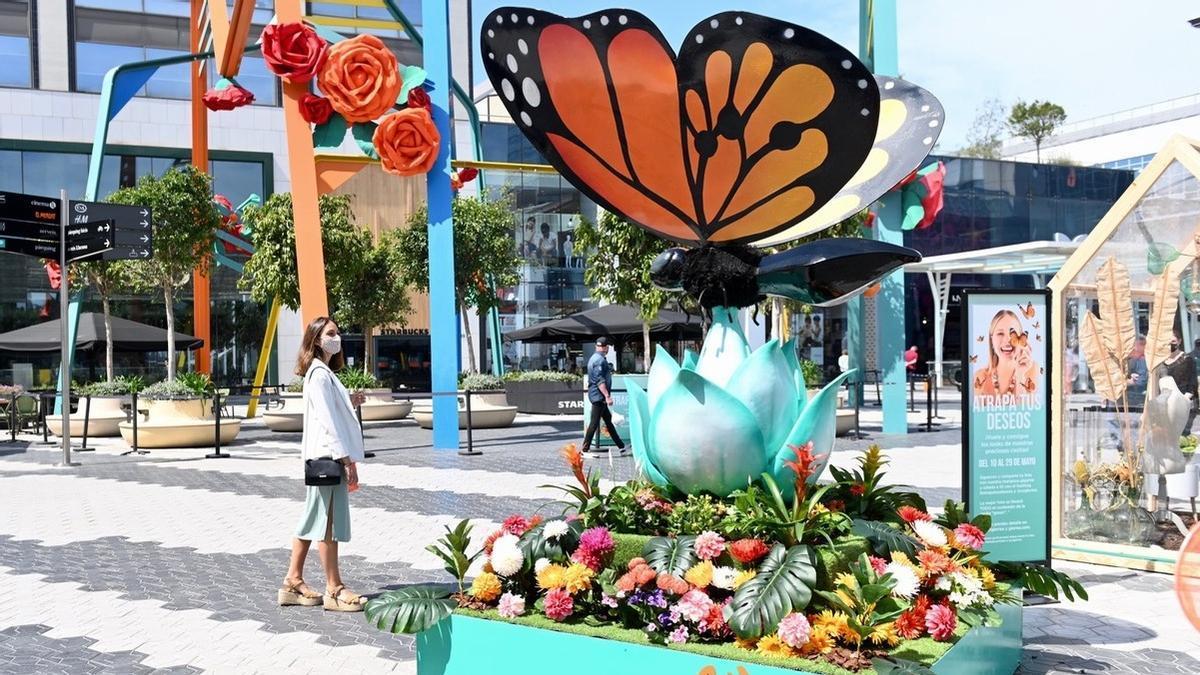 Una mariposa y unas rosas gigantes presiden la decoración primaveral.