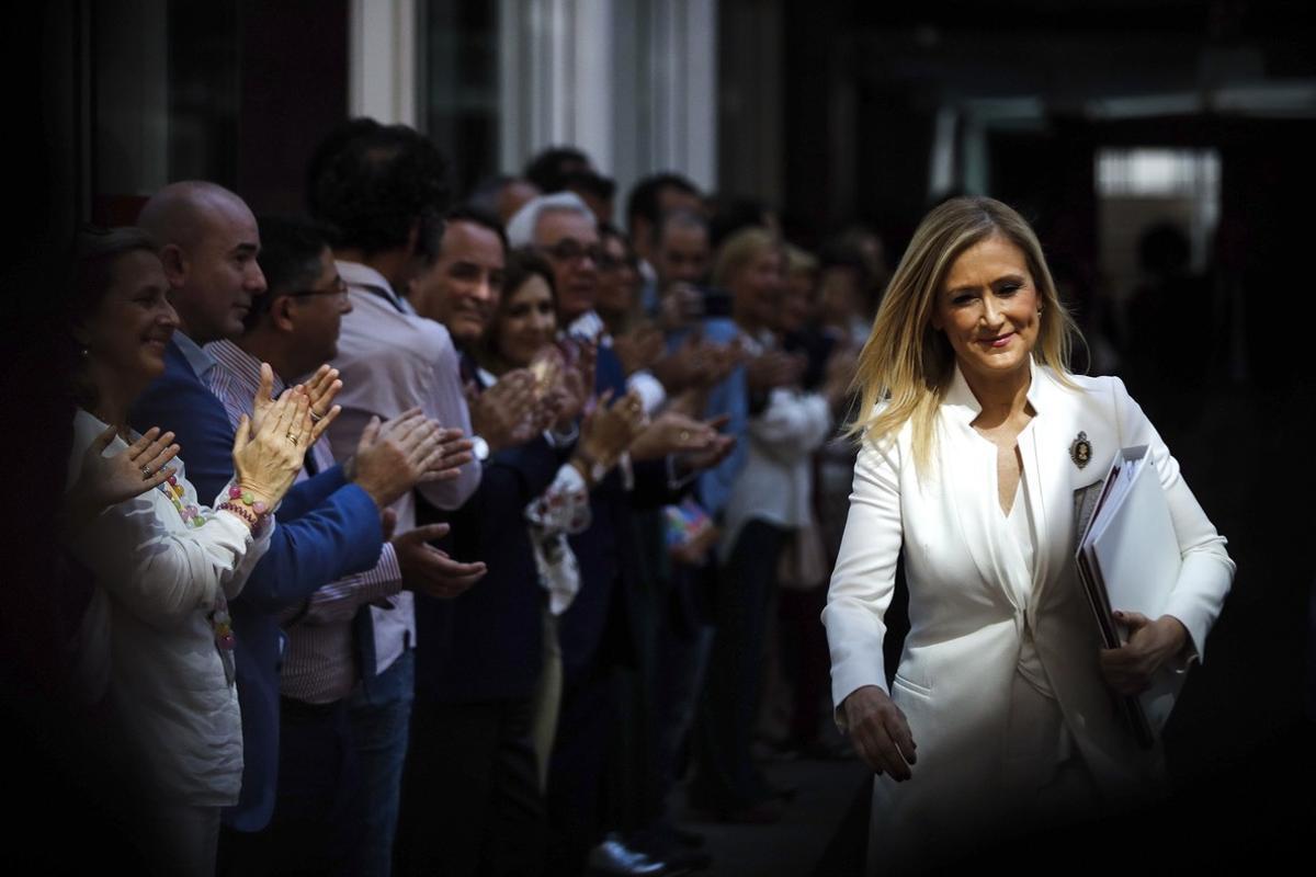 Los miembros del Gobierno regional han formado un pasillo y aplaudido a la presidenta regional Cristina Cifuentes.