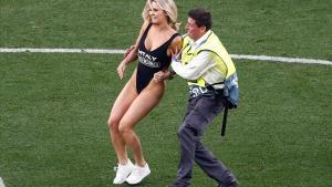 Kinsey Wolanski es detenida por un miembro de seguridad de la final de la Champions.