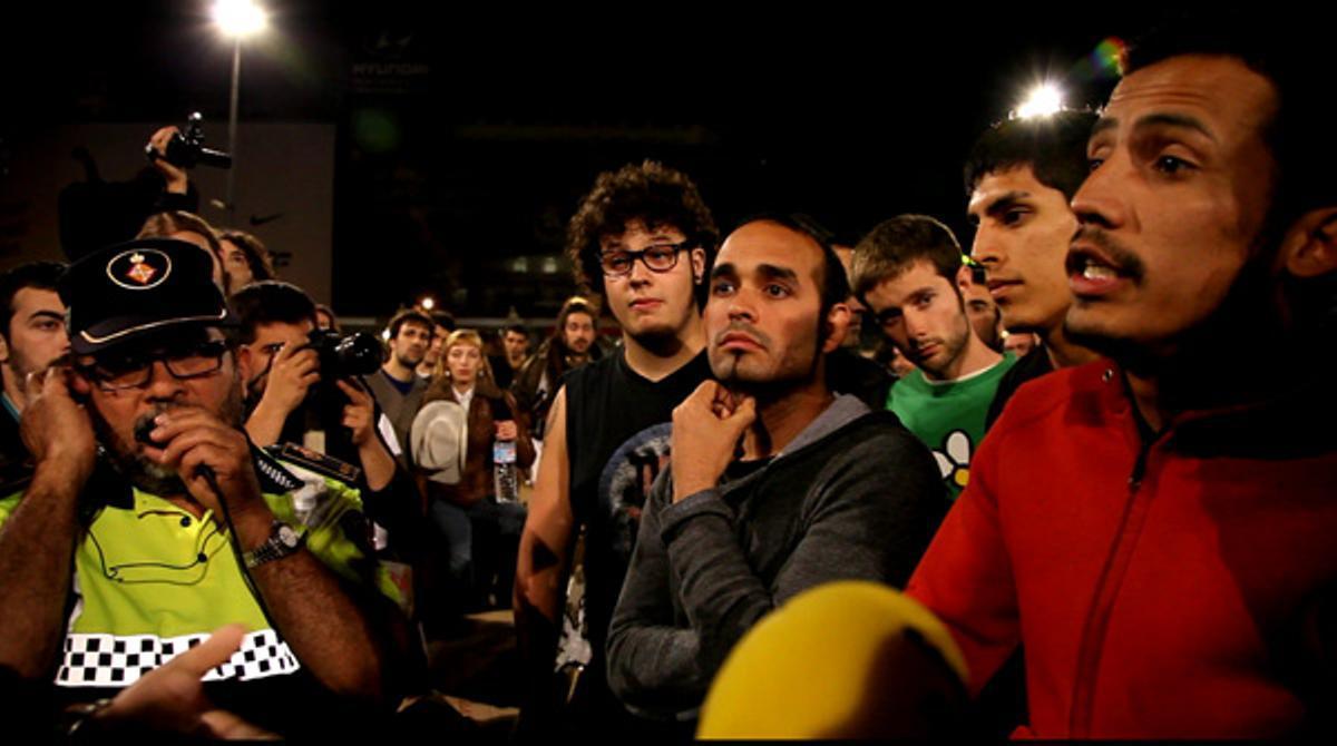 La protesta de indignados de Barcelona consigue permanecer una noche más en la plaza de Catalunya.