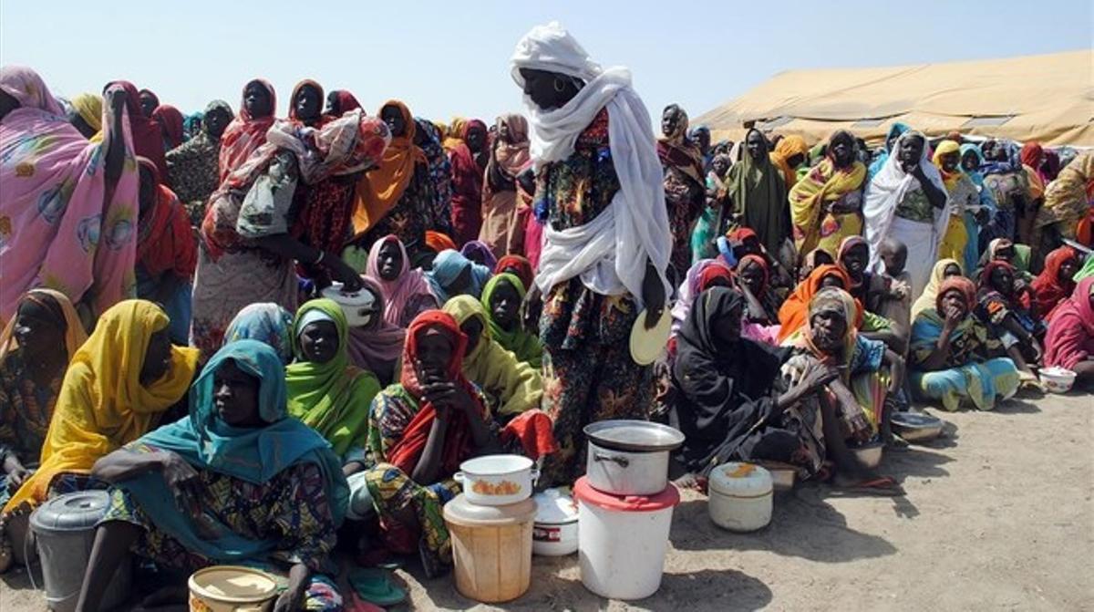 Desplazados internos de Nigeria, sobre todo mujeres y niños, esperan recibir la comida en el campo de Dikwa, en el estado de Borno (Nigeria), el 2 de febrero.