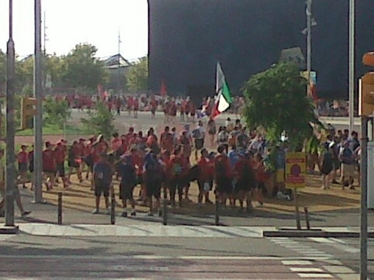 Cientos de jóvenes se dirigen hacia la explanada del Fòrum para asistir a una misa multitudinaria.
