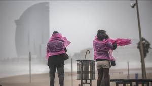 Dos mujeres, en el paseo maritimo de la playa de la Barceloneta tras la borrasca 'Gloria', el pasado 21 de enero.