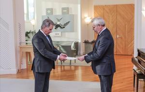 El primer ministro de Finlandia, Antti Rinne (derecha), tras su renuncia. en Helsinki.