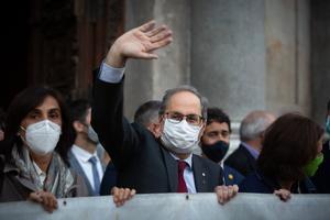 28/09/2020 El presidente de la Generalitat inhabilitado, Quim Torra, ha desplegado este lunes a su salida del Palau de la Generalitat la pancarta con el lema 'Llibertat presos polítics i exiliats'.