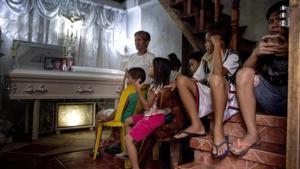 Velatorio de un supuesto narcotraficante asesinado por pistoleros sin identificar, el pasado mes de mayo en Manila.