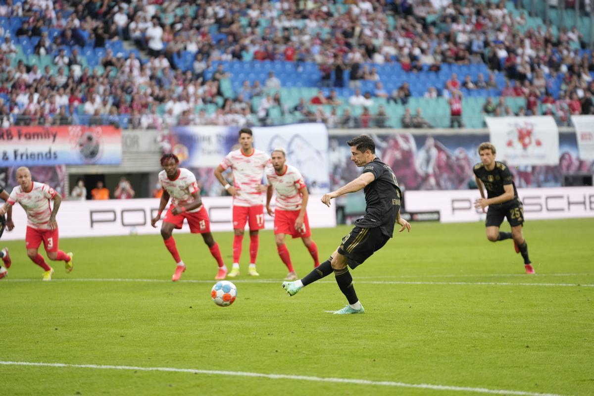 Lewandowski lanza el penalti que supuso el 0-1 del Bayern Múnich.