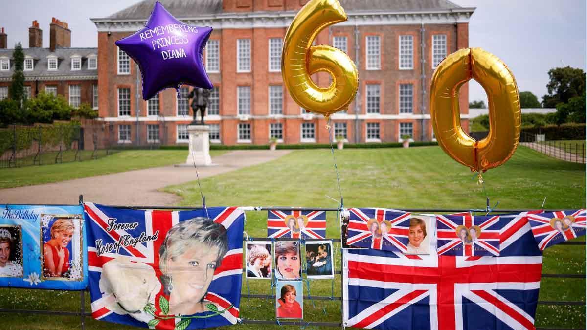 Globos y banderas en memoria de Lady Di en el palacio de Kensington el día en el que la princesa habría cumplido 60 años.