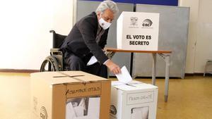 El presidente de Ecuador, Lenín Moreno, participa con su voto en las elecciones generales.