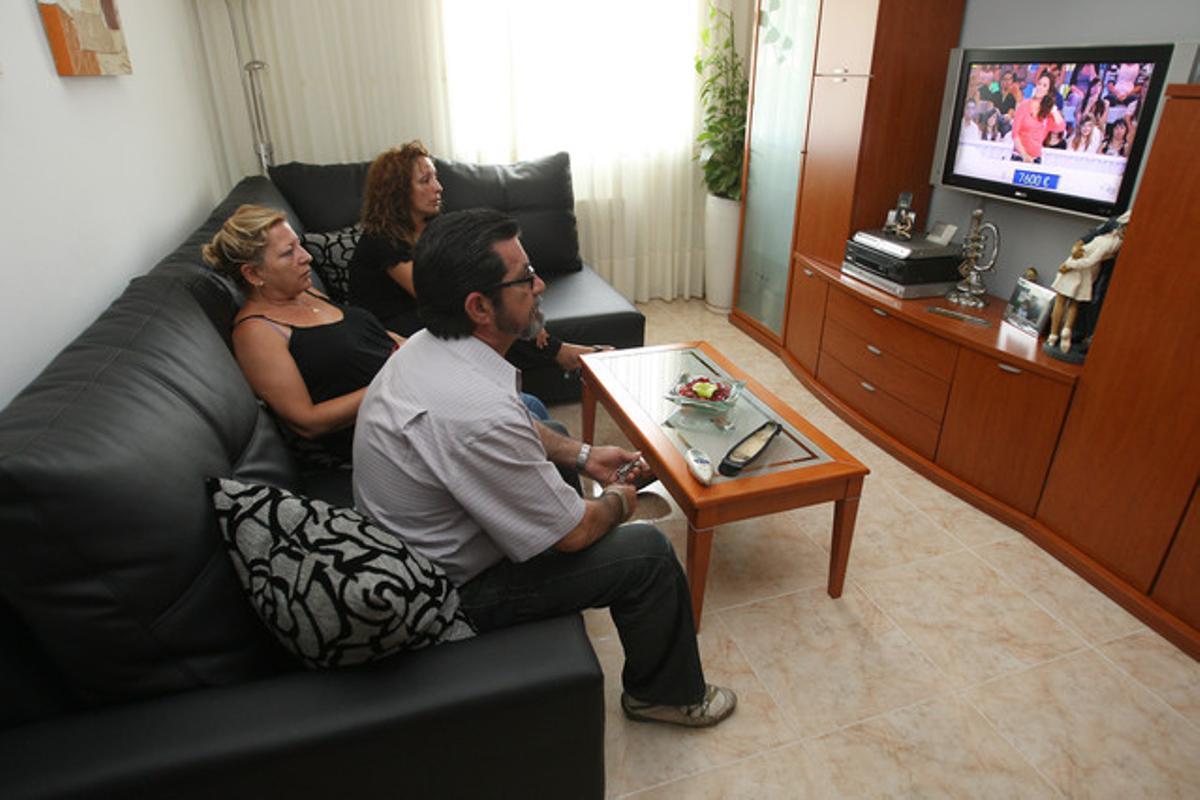 Una familia con todos sus miembros en paro, el pasado verano en Santa Coloma.