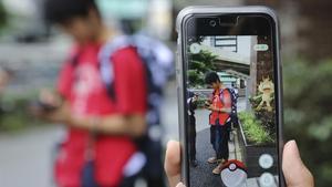 Estudiantes japoneses juegan a Pokémon Go en las calles de Tokio, en julio del año pasado.