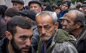 Ciudadanos armenios hacen cola para recibir alimentos enStepanakert.