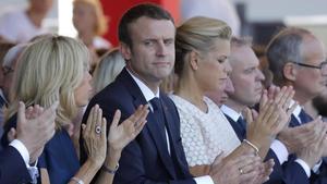 El presidente de Francia Emmanuel Macron y su mujer Brigitte durante los actos de conmemoracion en Niza del primer aniversario del atentado terrorista.